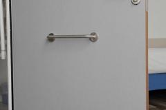 porte équipée pour personne handicapée avec barre de soutien